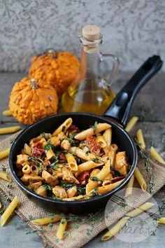 Pasta with chicken, dried tomatoes and spinach - Kluski, makaron, naleśniki i tym podobne :))) - Makaron Yummy Pasta Recipes, Healthy Dinner Recipes, Diet Recipes, Big Meals, Dried Tomatoes, Chicken Pasta, Pasta Dishes, Fall Recipes, Spinach