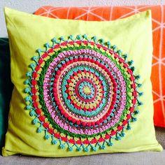 almohadones con mandalas al crochet ile ilgili görsel sonucu Love Crochet, Crochet Gifts, Beautiful Crochet, Crochet Doilies, Crochet Flowers, Crochet Stitches, Knit Crochet, Crochet Patterns, Mandala Crochet