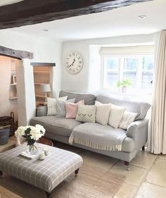 21 Country Home Decor Ideas - 21 Country Home Decor Ideas – English roll arm sofa in Country Living Room - Cottage Living Rooms, My Living Room, Small Cottage Interiors, Small Living, Cosy Living Room Small, Shabby Chic Living Room, Modern Living, Diy 2019, Snug Room