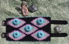 Bracelete confeccionado no tear com apliques de olhos em square stitch.