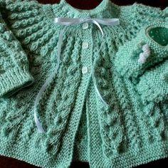 Casaquinho Heitor no Elo7 | Mimos da vovó (4F50F2) Baby Knitting Patterns, Free Knitting, Crochet Patterns, Baby Cardigan, Knit Vest, Arm Warmers, Free Pattern, Knit Crochet, Sweaters