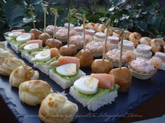 Canapés just a picture No Cook Appetizers, Finger Food Appetizers, Appetizer Recipes, Venezuelan Food, Lunch Buffet, Appetisers, Party Snacks, High Tea, Catering