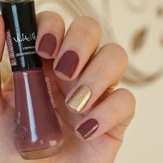 "Esmalte ""Determinada"" da @vult_cosmetica e o do anelar é o ""Champagne"" da Ralce   Unhas Marrom com glitter dourado   Nail art   Nail design   Brown and gold Nails   Instagram by @morganapzk"