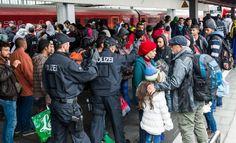"""Expulzarea străinilor din Germania ar putea fi făcută mai ușor, conform unui proiect de lege al Ministerului german de Interne, citat joi de cotidianul regional Ruhr Nachrichten. Germania se așteaptă la un val record de 800.000 de imigranți și refugiați în acest an. Landurile se plâng tot mai mult de costurile administrării acestui aflux. """"Vor..."""