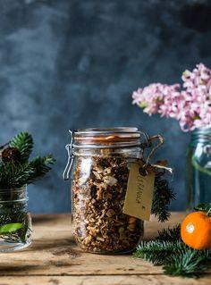 Homemade Christmas Granola by The Food Club Food Gifts for Christmas Homemade Food Gifts, Diy Food Gifts, Edible Gifts, Jar Gifts, Christmas Food Gifts, Homemade Christmas, What's For Breakfast, Healthy Breakfast Recipes, Granola
