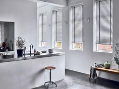 Raamdecoratie keuken 8: dina raamdecoratie. houten jaloezieën keuken