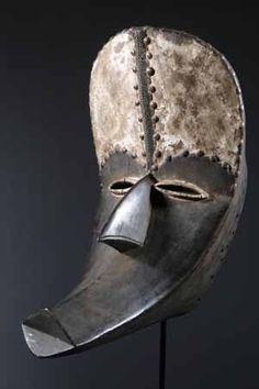 Ce masque Kran,dont la mâchoire est articulée, servait de justicier et protégeait le village des mauvais esprits. Plus il était effrayant, plus sa parole était crainte et respectée. Lors de festivités, il transmettait la volonté des ancêtres tutélaires à l'ensemble de la communauté villageoise. Il permettait également de faire payer les dettes, de s'opposer aux adultères, et de veiller sur les mères et leurs enfants.