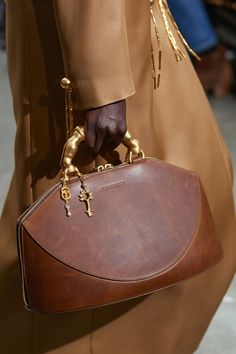 Schiaparelli Frühjahr/Sommer 2020 Haute Couture - Fashion Shows Luxury Bags, Luxury Handbags, Fashion Handbags, Tote Handbags, Purses And Handbags, Fashion Bags, Couture Fashion, Haute Couture Bags, Couture Handbags