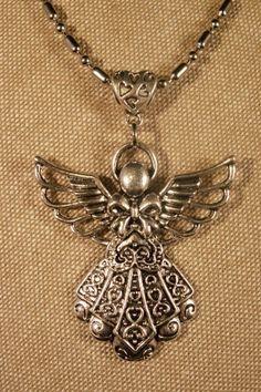 Collier L'Ange - La Chouette Coquette -  Collier tout métal, un basique à ne pas rater ! Il s'accorde avec toutes les couleurs, ce qui le rend idéal pour embellir vos tenues quotidiennes ! Ce pendentif Ange lui donne tout son caractère !