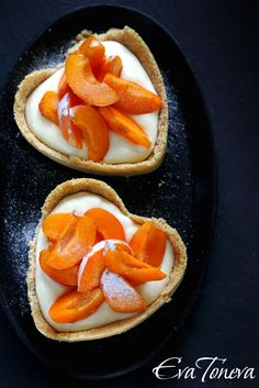 Apricot tarts with honey cream