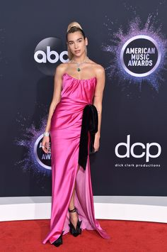 American Music Awards Dua Lipa Red Carpet Look Celebrity Red Carpet, Celebrity Look, Christina Aguilera, Selena Gomez, Taylor Swift, American Music Awards 2019, Ciara Photos, Versace, Camilla Mendes