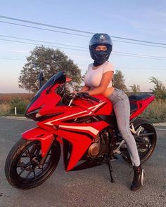 Girl Riding Motorcycle, Female Motorcycle Riders, Dirt Bike Girl, Motorbike Girl, Motorcycle Tips, Lady Biker, Biker Girl, Motard Sexy, Chicks On Bikes