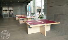 Multimedialne stoły do czytelni w bibliotece, wykonane z laminatów HPL i litego drewna, w panelowych nogach rozprowadzono okablowanie i zamontowano gniazda zasilające.