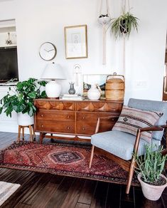 46 Awesome Bohemian Style Home Decor For Your Inspire - OMGHOMEDECOR - This res. : 46 Awesome Bohemian Style Home Decor For Your Inspire – OMGHOMEDECOR – This restrained Bohemian space with patterned rug & pillow potted plants on floor, of a sta – Retro Home Decor, Home Design Decor, Diy Home Decor, House Design, Design Ideas, 1920s Home Decor, Design Trends, 70s Decor, European Home Decor