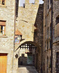 Otra de las puertas con rastrillo de Sant Llorenç de la Muga. Another of the doors with portcullis of Sant Llorenç de la Muga village. #santllorençdelamuga #emporda #girona #gironamenamora #pueblosmedievales #medievalvillage #pueblosconencanto #charmingvilages #historia #history #arquitectura #arquitecturamedieval #architecture #medievalarchitecture #niceplaces ##nicevilage #instalike #instaphoto #freelife #freelifestyle #goodvibes #buenasvibraciones #nikon #gypsysoul