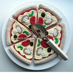 Ideias Para Comidas de Crochê – Arteirices e Costurices Essen Ideias Para Comidas de Crochê Essen Crochet Food, Crochet Kitchen, Cute Crochet, Crochet For Kids, Crochet Crafts, Crochet Dolls, Crochet Yarn, Yarn Crafts, Crochet Projects