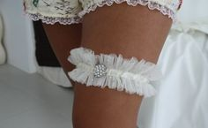 For a little pressie for my sister,I wanted to make her a garter  to wear on her Wedding Day . I looked around for a few tutorials and alth...