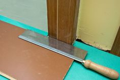 How to lay laminate flooring around doors – HowToSpecialist – How to Build, Step by Step DIY Plans Installing Laminate Flooring, Linoleum Flooring, Vinyl Plank Flooring, Basement Flooring, Diy Flooring, Wood Laminate, Flooring Options, Basement Remodeling, Kitchen Flooring