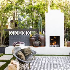 34 Admirable Outdoor Fireplace With Patio Design Ideas - During the Fall season and the cooler months of the year, people start to look for ways to extend the use of there outdoor living area. Modern Outdoor Fireplace, Backyard Fireplace, Modern Patio, Backyard Patio, Outdoor Fireplaces, Outdoor Rooms, Outdoor Living, Outdoor Decor, Outdoor Patios