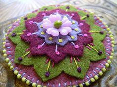 felt flower pin Love this felt brooch/pin Felt Crafts, Fabric Crafts, Sewing Crafts, Felt Embroidery, Felt Applique, Felt Flowers, Fabric Flowers, Felt Brooch, Brooch Pin