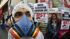 DÍA MUNDIAL ANTI CHEVRÓN. Un hombre con una máscara de gas en una manifestación en contra del acuerdo entre la petrolera estatal argentina YPF y la estadounidense Chevron, en Buenos Aires el 21 de mayo de 2014. (AFP) #chevron #kirchner #saqueo #contaminación #revolución #internacionalismo #MST #izquierda #lucha #contaminacion