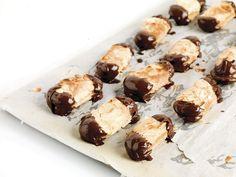 1. Warm de oven voor op 180°C. 2. Bedek de bakplaat met bakpapier en spreid hierop 80 gr suiker. Zet in de oven, maar let erop dat de suiker niet te heet wordt. Zet de ovendeur open als dit toch het geval zou zijn. 3. Klop de eiwitten met hoge snelheid op in de keukenrobot.