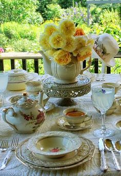 Proper Coffee / Tea Time Etiquette - For Hosts & Guests! ~ A whole lot of info here! Things EVERYONE should know! Tea Etiquette, Tea Party Table, Tea Sandwiches, Tea Art, Rose Cottage, Tea Recipes, Picnic Recipes, Decoration Table, Vintage Tea
