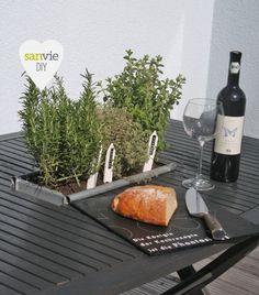 Gartentisch mit eingelassenen Kräutern