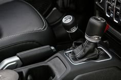 Das neue Modell markiert die Rückkehr der Marke in das Pickup-Segment und kommt zu den Feierlichkeiten des 80-jährigen Jubiläums von Jeep® zu den europäischen Händlern. Jeep Gladiator, City, Vehicles, Celebrations, Scale Model, Cities, Car, Vehicle, Tools