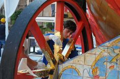Ultimi ritocchi al carro trionfale che la notte del 14 luglio sfilerà per le strade del centro storico di Palermo in occasione del Festino di Santa Rosalia. Le maestranze stanno ultimando le decorazioni della grande barca su ruote sulla quale svetterà, come tradizione, la statua della