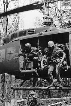 Troops alighting from a Huey as an anxious door gunner stands guard Vietnam History, Vietnam War Photos, Vietnam Veterans, Vietnam Map, Army Infantry, Korean War, Nose Art, Military History, Usmc