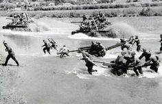 Переправа советских танков Т-34 и артиллерии вброд через небольшую реку.
