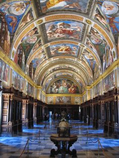 Monasterio de San Lorenzo del Escorial, Madrid, España. La biblioteca contiene 45.000 libros de los siglos XV y XVI. El techo fue pintado por Pellegrino Tibaldi, quien fue un pintor, arquitecto y escultor italiano.
