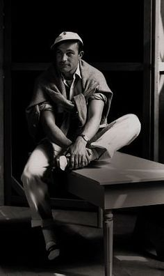 Gene Kelly (August 1912 – February American dancer, actor, singer, and choreographer known for his energetic and athletic dancing style. Golden Age Of Hollywood, Vintage Hollywood, Hollywood Stars, Classic Hollywood, Hollywood Usa, Hollywood Glamour, Gene Kelly, Divas, Paris Movie
