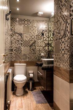Πώς ένα μικρό διαμέρισμα στο κέντρο έγινε μια on a budget όαση! - Parallaxi Magazine Thessaloniki, Toilet, Budgeting, Flush Toilet, Litter Box, Toilets, Bathrooms