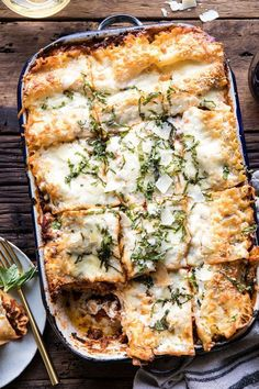 overhead photo of Pesto Bolognese Lasagna with cut pieces Foto von Pesto Bolognese Lasagne mit geschnittenen Stücken Pasta Recipes, Beef Recipes, Cooking Recipes, Meatloaf Recipes, Kitchen Recipes, Lasagne Au Pesto, Dinner With Ground Beef, Half Baked Harvest, Pasta Dishes