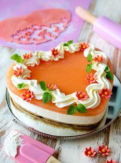 Greippikakku  Tutustuin uuteen raaka-aineeseen leivonnassa: verigreippiin. Se on harvemmin leivonnaisissa käytetty hedelmä, mutta sopii hienosti keväiseen kevyen raikkaaseen kakkuun. Verigreipistä kakku saa myös viehkon oranssin kiilteen. Muistathan, että saat muunnettua tämänkin juustokakun helposti gluteenittomaksi vaihtamalla sopiviin kekseihin.  Tried something different - red grapefruit. It gave the cheesecake a nice orange shimmer and the taste is perfect for spring - sharp and fresh.