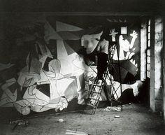 """""""El inmenso cuadro, un óleo sobre lienzo de dimensiones monumentales, de 3,49 x 7,76 metros, las propias para un mural que fue el centro del atrio del pabellón español durante la Exposición Internacional de 1937 en París. La obra está pintada en blanco y negro con una gran variedad de tonos grises y ciertos detalles azules.... ---> """"Monográfico sobre el Guernica, de Pablo Picasso"""" http://arte.archivoros.com/monografico-sobre-el-guernica-de-pablo-picasso"""