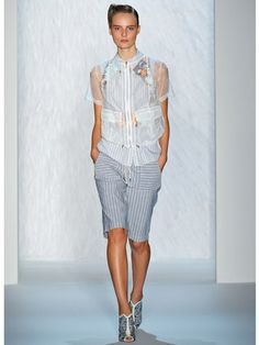 Must-Have (Wearable!) Fashion Trends For Spring 2013 Denim Button Up, Button Up Shirts, Minimalist Beauty, Style Japonais, Work Shorts, Knee Length Shorts, Resort Wear, Bermuda Shorts, Ready To Wear