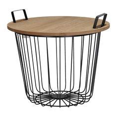 Metalen mand met houten tafelblad. Het blad kan gemakkelijk op de handvatten geschoven worden zodat de mand een tafel wordt. Leuk om bijvoorbeeld houtblokken in te doen. De hoogte tot en met het tafelblad is 35 cm. Inclusief handvatten is deze mand 39 cm hoog. Afmeting: 45 x 45 x 39 cm - Metalen Mand met Houten Tafelblad