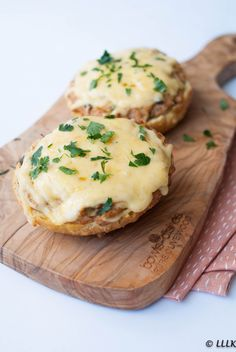 Tuna Melt Recipes - A Classic Tuna Melt is among well known lunch recipes ever. A tuna melt is a warm, open-faced sandwich made out of tuna salad and topped with tomato a. Tuna Melt Sandwich, Tuna Melts, Grilled Sandwich, Lunch Snacks, Lunch Recipes, Tuna Melt Recipe, Tuna Salad Ingredients, Lunch Restaurants, Lunch Smoothie