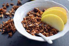 Pečená ořechová granola - RAWMANIA.cz Granola, Cereal, Breakfast, Food, Morning Coffee, Essen, Meals, Yemek, Muesli