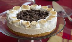 S'more Ice Cream Cake Eagle Brand, I've been craving smores. Eagle Brand Recipes, Yummy Snacks, Yummy Food, Cookie Recipes, Dessert Recipes, Biscuits Graham, Cream Cake, Ice Cream, Frozen Cake