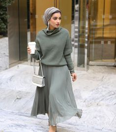 Hijab Fashion 336855247128399960 - Image may contain: 1 person, standing Source by lilianegrandet Modern Hijab Fashion, Hijab Fashion Inspiration, Muslim Fashion, Modest Fashion, Look Fashion, Fashion Outfits, Ladies Fashion, Fall Outfits, Winter Fashion