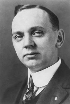 During forty-three years of his adult life, Edgar Cayce (1877–1945) gave more than 14,000 psychic dissertations, called readings, on a variety of subjects. In 1901, at the age of 24, Edgar Cayce gave the first reading for himself, diagnosing a health condition, but it really wasn't until 1923 that the subject of reincarnation was explored in a reading given to a printer from Ohio. Trauma, Free Psychic Reading Online, Edgar Cayce, Interview, Psychic Mediums, Sound Healing, Nikola Tesla, Psychic Readings, Mind Body Soul