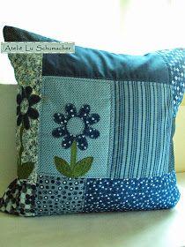 Hoje trago capas de almofadas feitas em patchwork e detalhe de flores com patchcolagem. Foram forradas na parte da frente e possuem um zipe...