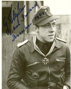 """Portrait du """"Oberleutnant"""" Gerhard Theben lors de la remise de la Ritterkreuz des Eisernen Kreuzes comme Staffelkapitän of the 7./Jagdgeschwader 54 le 06 décembre 1944"""