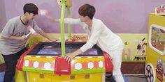 Jackson and Mark playing around cx ❤ Got7 Jackson, Jackson Wang, Himchan, Youngjae, Cnblue, Jyj, Taemin, Shinee, Markson