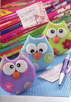 Cute little polymer clay owl photo clips Mais Polymer Clay Owl, Polymer Clay Ornaments, Polymer Clay Figures, Polymer Clay Animals, Polymer Clay Projects, Owl Crafts, Clay Crafts, Diy And Crafts, Crafts For Kids