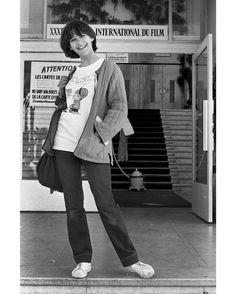 """Les plus belles photos des archives de Paris Match. Spécial @festivaldeCannes. 1981. #SophieMarceau a 15 ans. C'est la première fois qu'elle vient au festival de Cannes. Le film """"La boum"""" en a fait une actrice adorée des Francais. Comme une lycéenne sortant des cours elle pose devant l'entrée du palais des festivals. Photo : Michou Simon / #ParisMatch by parismatch_vintage"""